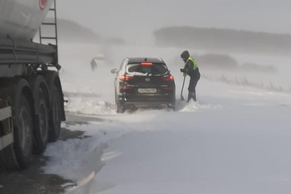Также сотрудники ГИБДД вызвали технику для расчистки дороги. Фото: УГИБДД по Свердловской области