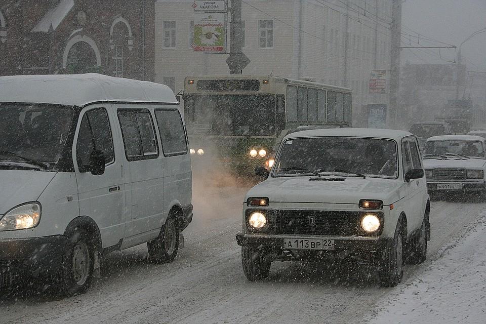 Город завалило снегом.
