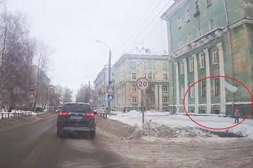 В Северодвинске девочка чудом спаслась от упавшего с крыши пласта снега