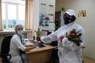 «Вам, любимые»: тюменские волонтеры вручили тюльпаны врачам и медперсоналу городской поликлиники № 5