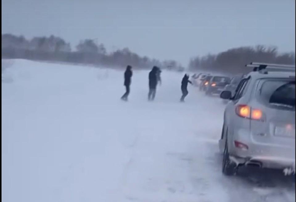 На трассах в области просто невозможно было проехать из-за снежных завалов. Десятки машин ждали спецтехнику. Фото: скриншот видео («ЧП Омск»)
