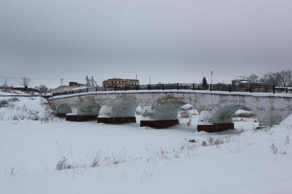 Мост построили еще до революции. Фото: Федор Жижилев.