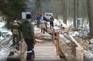 В брянских Белых Берегах активисты достроили мост через Понемель