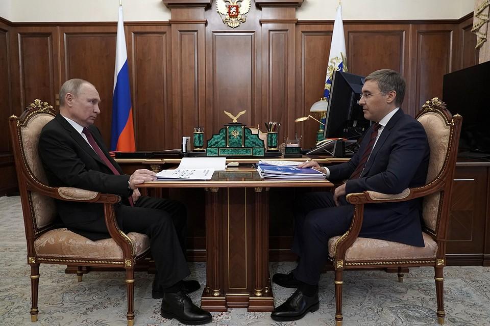 Владимир Путин и министр науки и высшего образования Валерий Фальков. Фото: Алексей Дружинин/ТАСС