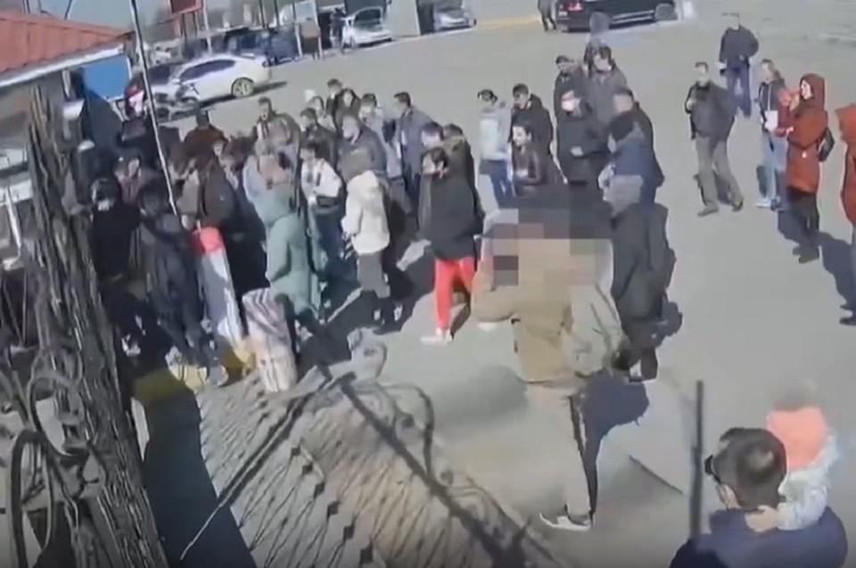 Мужчины намерено пришли под здание МРЭО, чтобы записать драку на видео. Фото: скриншот из видео