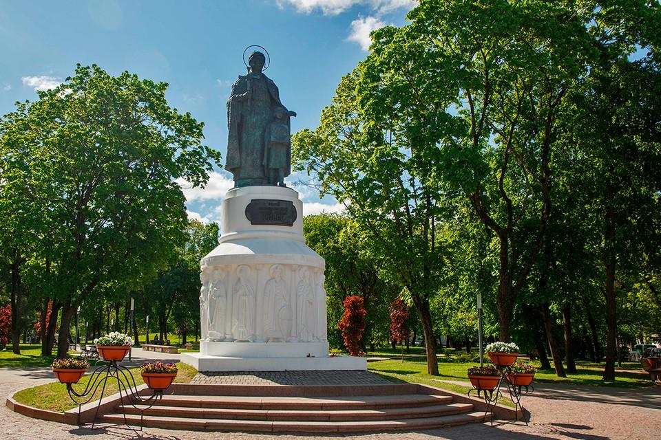 Памятник святой княгине Ольги во Пскове