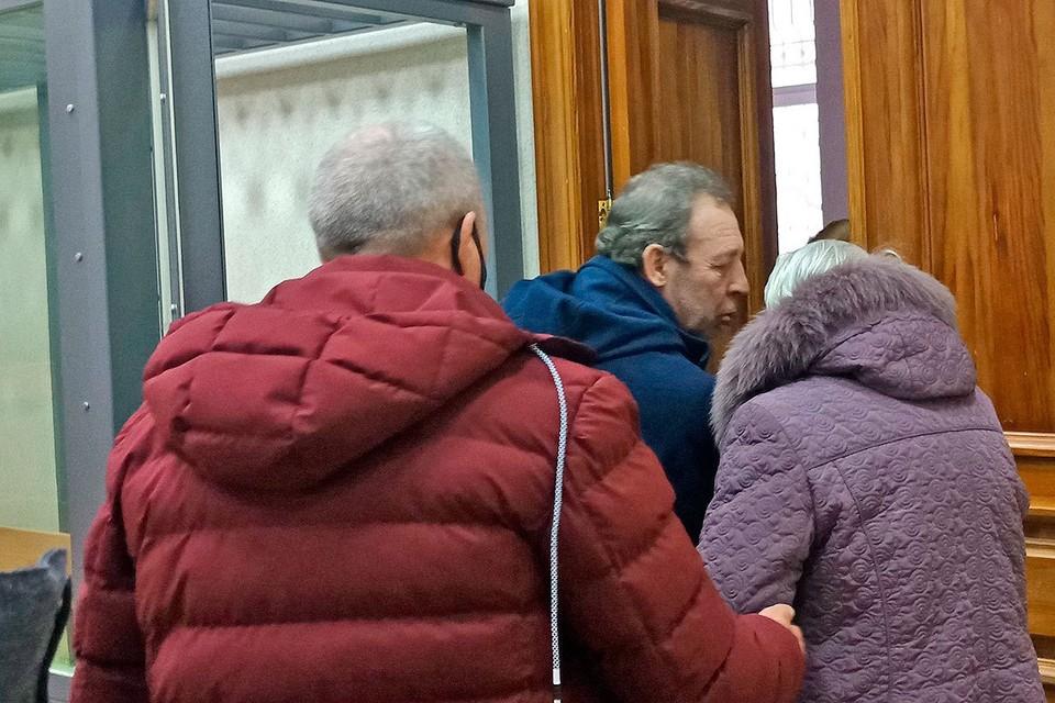 Алесей Балакирев прощается с матерью после оглашения ему приговора 15 лет колонии строгого режима.