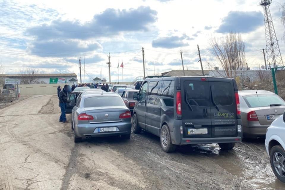 На украинском КПП «Меловое» очередь из машин в три ряда. Фото: vk.com/blokpostdonbass