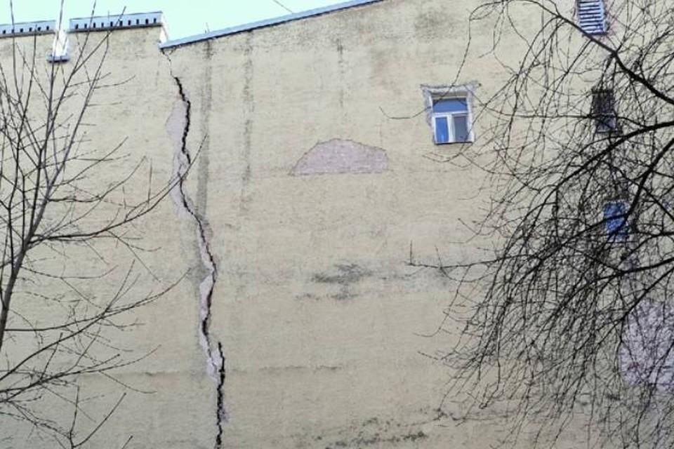 Гигантская трещина появилась на историческом доме в центре Петербурга