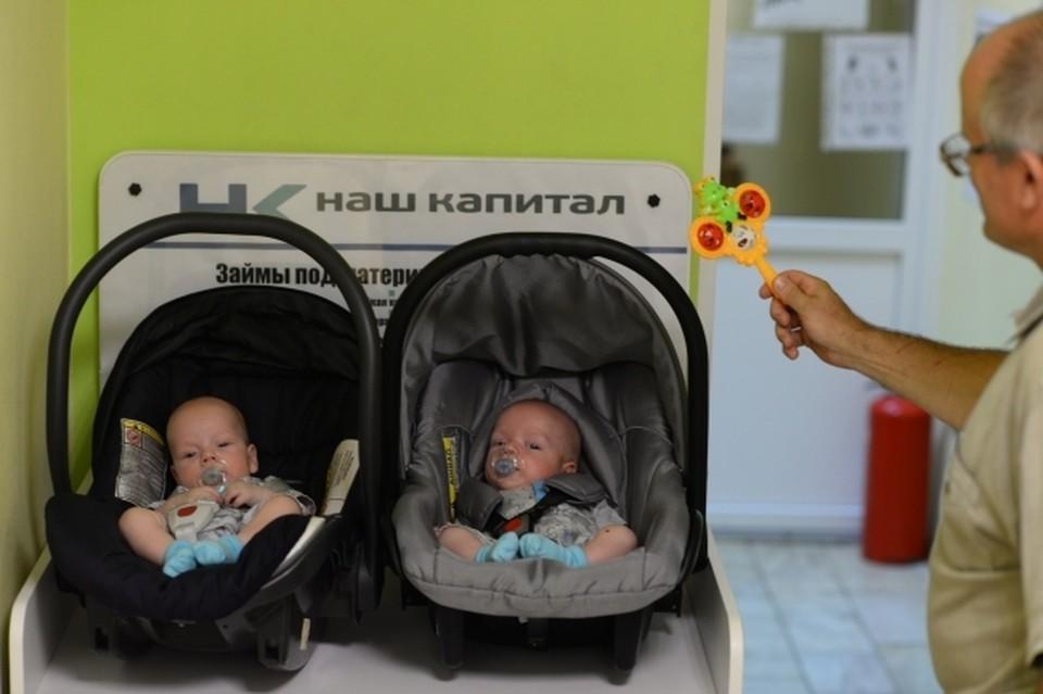 За сутки в Омске родились две пары близнецов.