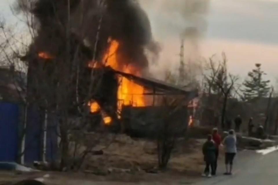 25 марта в Артеме случился пожар на улице Вокзальной. Скриншот видео: instagram.com/artem.news.plus