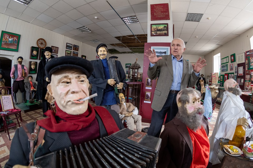 Журналист Александр Косякин из Задонска с экспонатами своего музея.