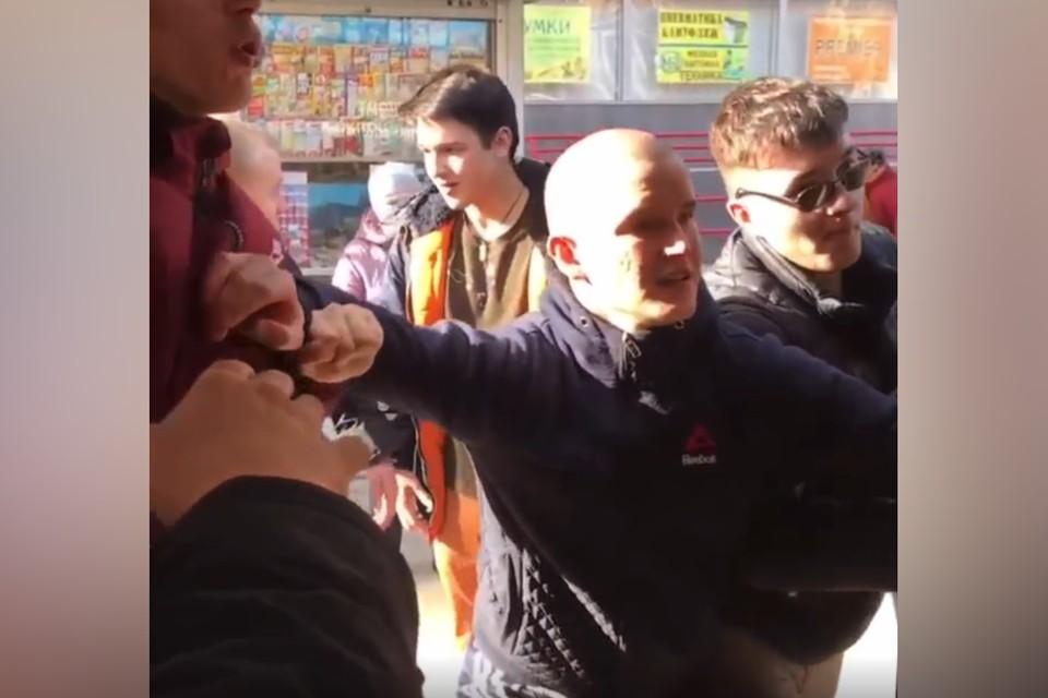 В Твери в автобусе молодые люди устроили драку и разбили стекло. Фото: принтскрин видео из группы в ВК/News 69.