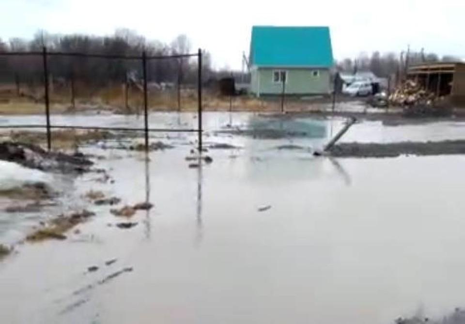 Водой размыло проезжую часть одной из центральных улиц и затопило частный сектор.