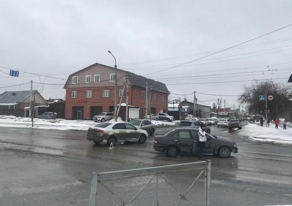 В Ленинском районе Новосибирска столкнулись две иномарки. Фото: Госавтоинспекция по Новосибирску