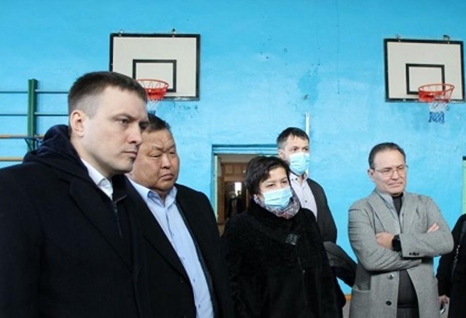Областные парламентарии посетили ряд социальных объектов в поселках Тыреть и Залари.