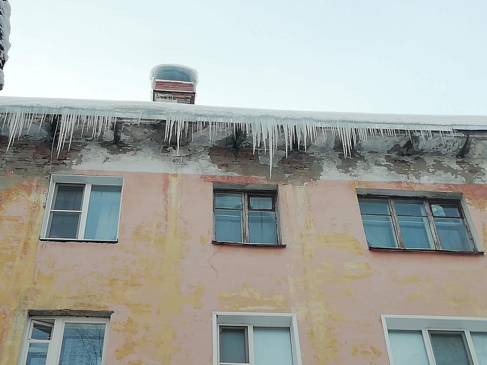 Весной крыши очень опасны.