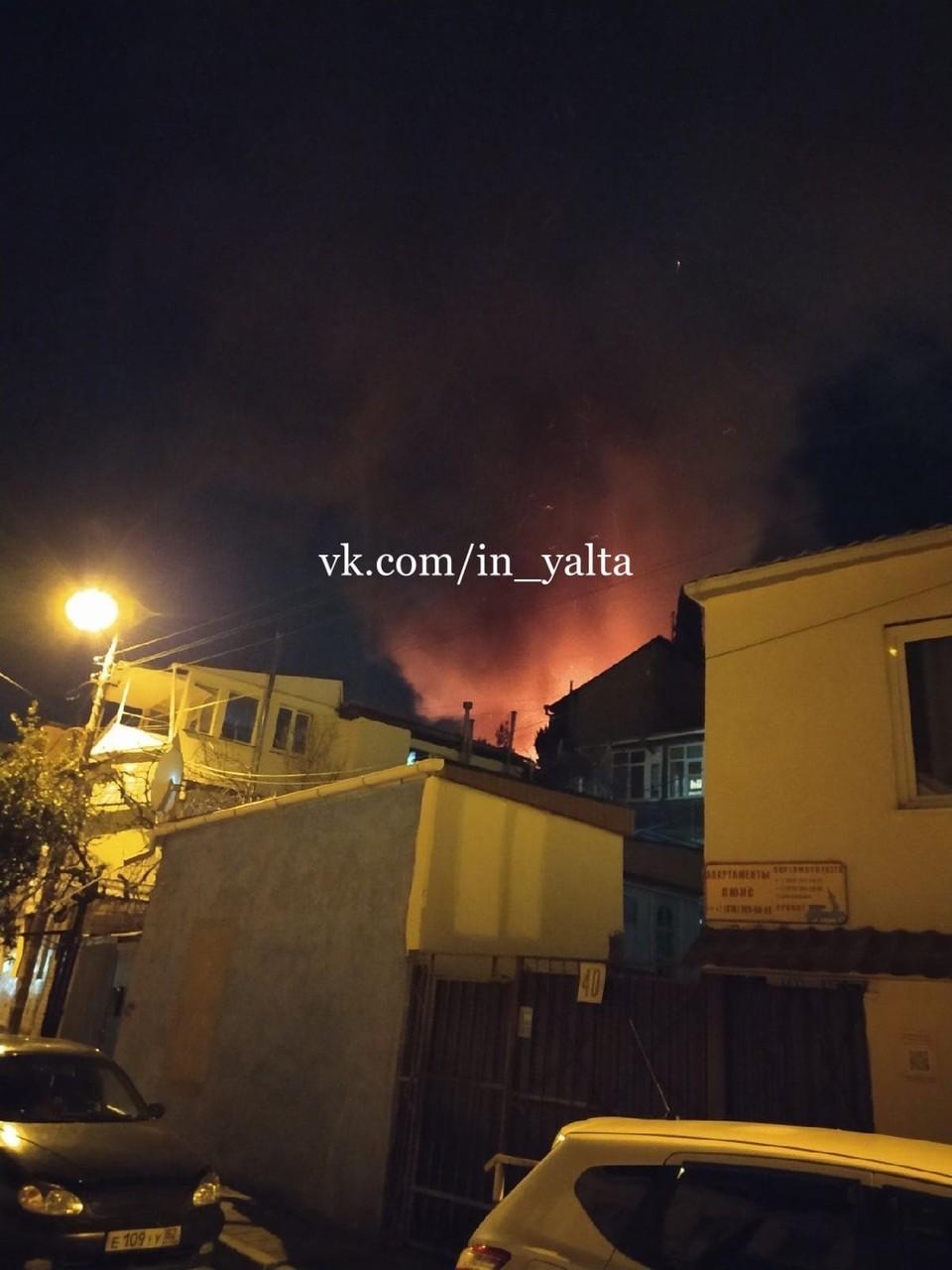 Загорелся двухэтажный деревянный дом. Фото: ПОДСЛУШАНО ЯЛТА/VK