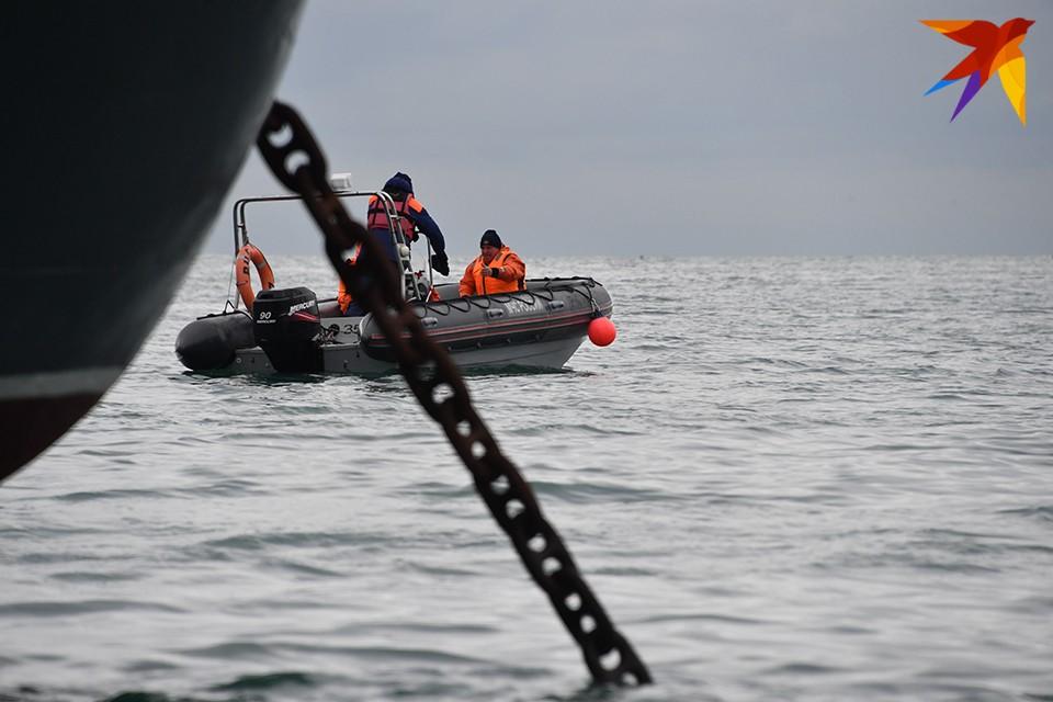 На катере для оказания помощи рыбакам вышли спасатели аварийно-спасательной службы Центра по ГО и ЧС ЗАТО Александровск.