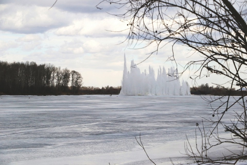 Спасатели начали взрывать лед на Абакане. Фото: ГУ МЧС по Республике Хакасия