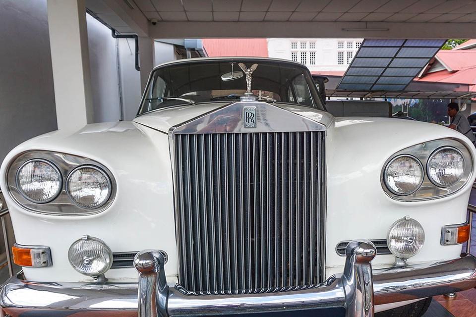 Rolls-Royce Phantom V изготовлялся вручную по спец заказу, наполнение его очень отличалось от автомобилей сошедших с конвейера.