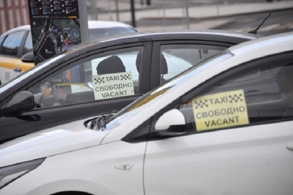 Пассажир напал на таксиста и украл у него часы и золото в Хабаровске