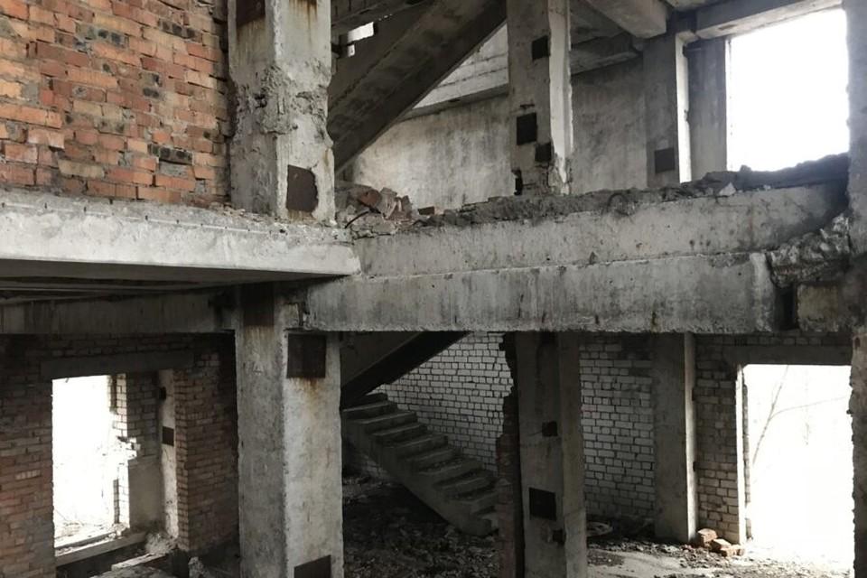 ЧП случилось в заброшенном здании на окраине Омска. Фото: СУ СК России по Омской области