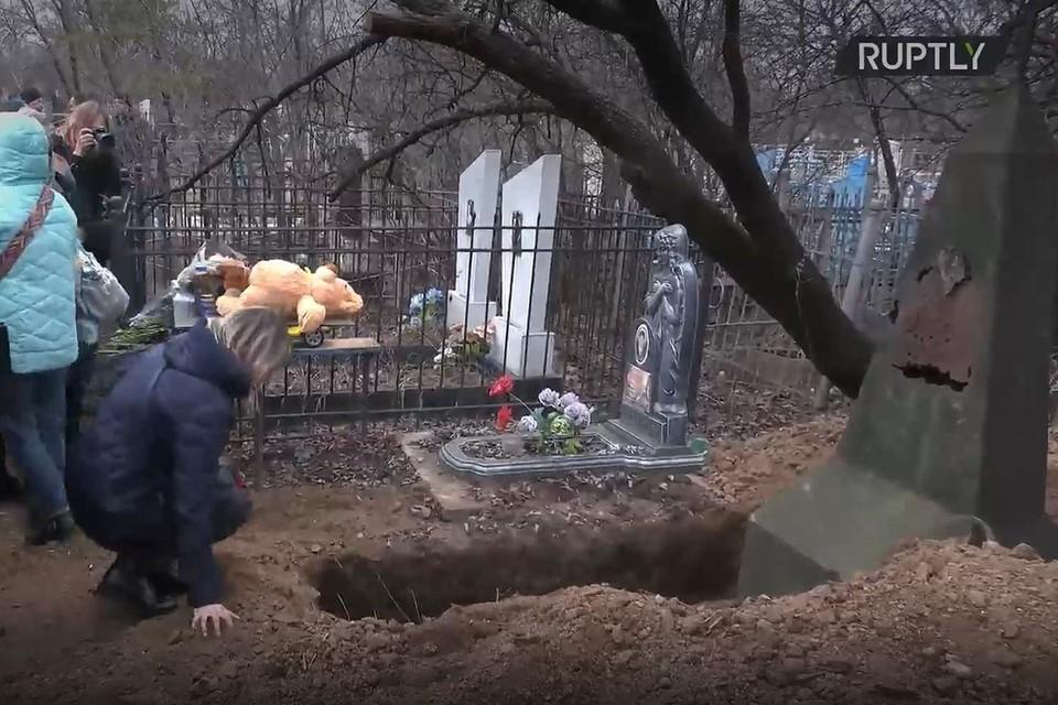 В ДНР похоронили мальчика, предположительно погибшего при взрыве боеприпаса. Фото: RUPTLY