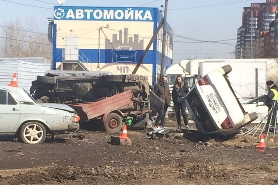 В Красноярске иномарка с прицепом на огромной скорости смяла три автомобиля. Фото: ЧП Красноярск