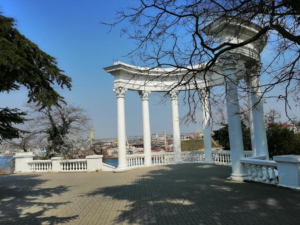 Туристы нередко выбирают для отдыха Севастополь.
