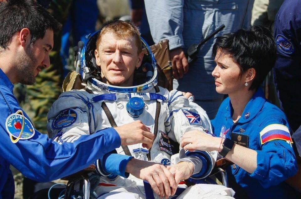 Астронавт Тимоти Найджел Пик и Раксана Бацманова. На орбите астронавты сами выполняют медицинские манипуляции, а на Земле с ними работает международная команда специалистов. Фотограф NASA Bill Ingalls.