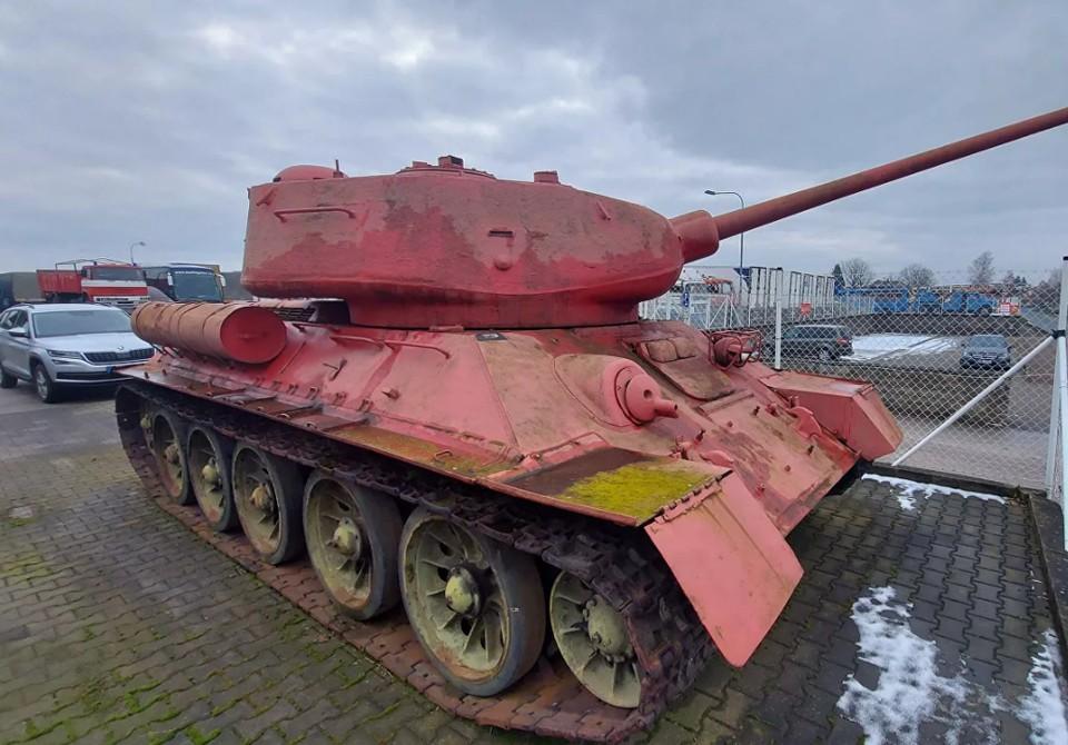У жителя Чехии нашли розовый танк в ходе оружейной амнистии. Фото: Твиттер чешской полиции Policie ČR