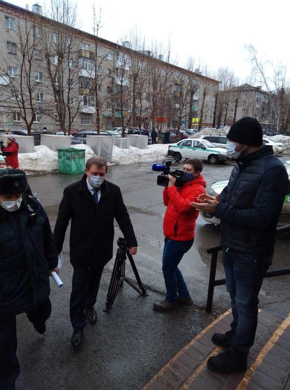 Когда подъехала машина с мэром, люди принялись скандировать: «Ваня! Ваня! Мы победим!»