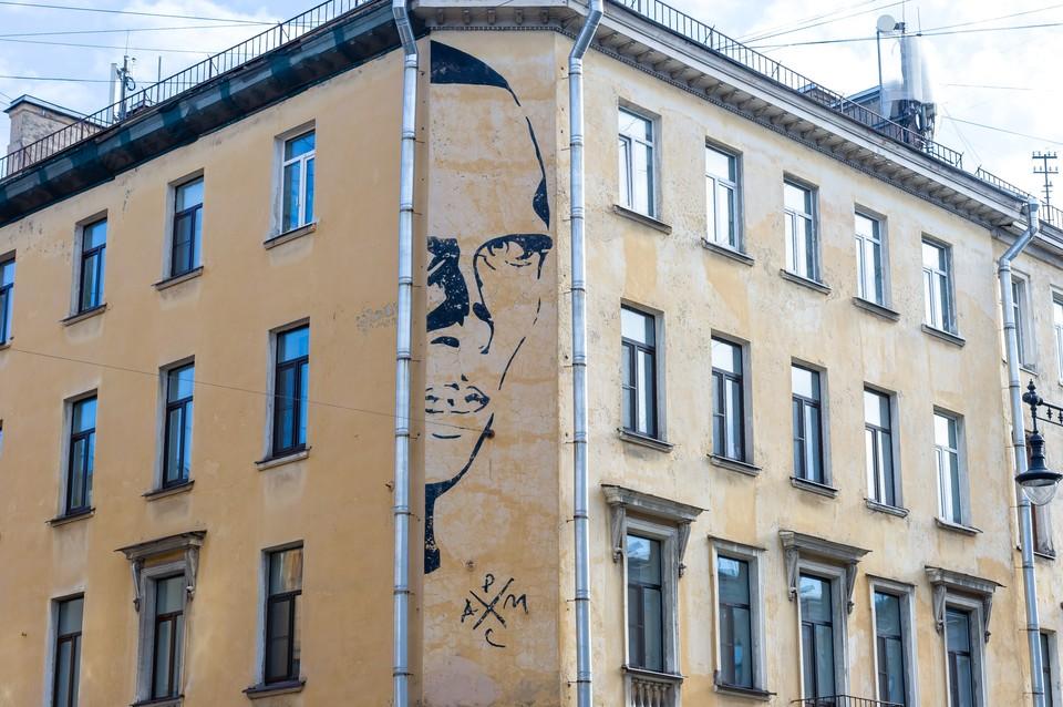 Петербургский депутат заступился за граффити с Даниилом Хармсом на улице Маяковского