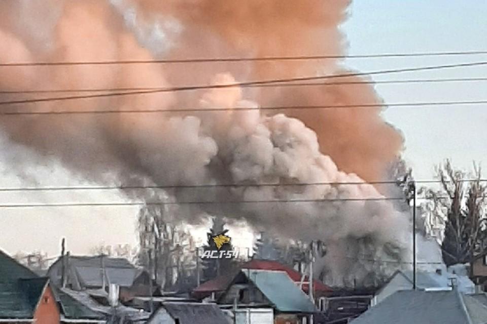 """В Новосибирске на пожаре в частном доме спаслась семья с двумя детьми. Фото: """"АСТ - 54""""."""