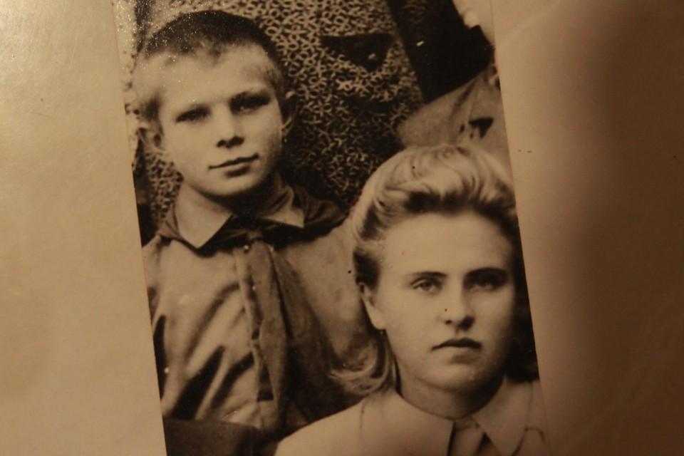 Маленький Юра Гагарин и его первая учительница Нина Кондратенкова