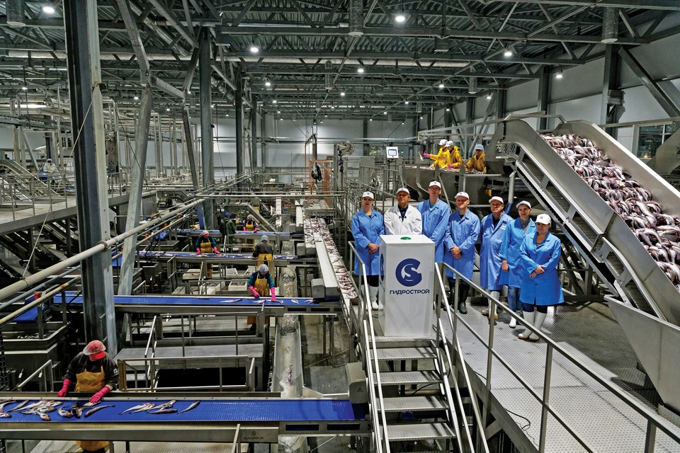 Торжественный момент - открытие рыбоперерабатывающего комплекса «Крабозаводск», не имеющего аналогов в России. Производственная мощность - 1000 тонн сырья в сутки, о. Шикотан. Фото предоставлено ГК «Гидрострой»
