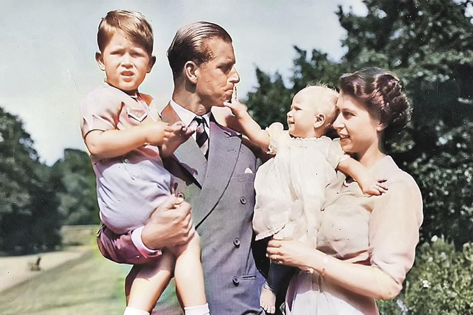 1951 год: на руках у молодых Елизаветы и Филиппа их дети - наследник британского престола принц Чарльз (на фото слева) и принцесса Анна.