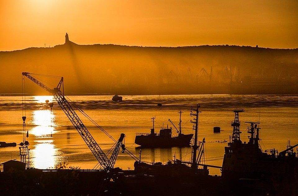 Когда Мурманск предстает для нас оранжевым посреди полярной ночи - это серьезный повод удивиться. Фото: Виталий Новиков