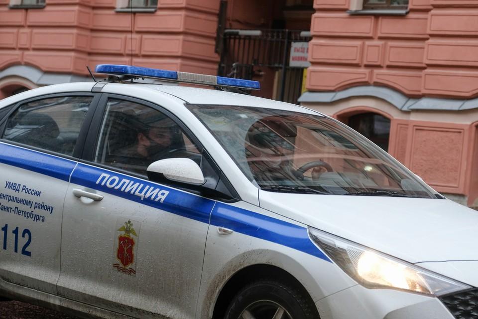 Полиция Петербурга задержала мужчину за угрозу расстрелять женщину с детьми