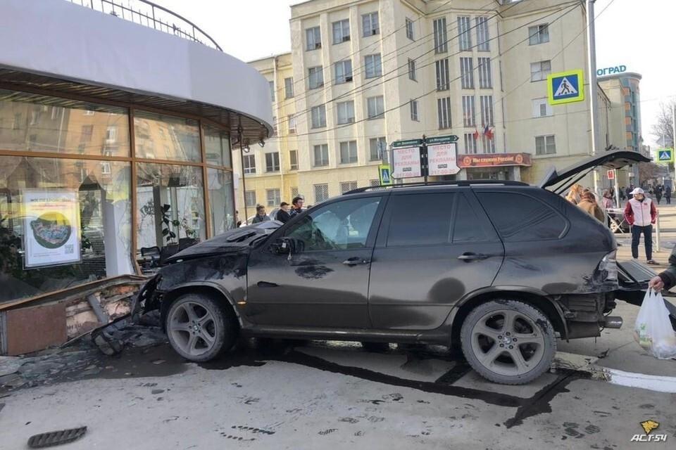 """В соцсетях появилось видео, как BMW X5 сбил двух пешеходов в Новосибирске. Фото: """"АСТ-54"""""""