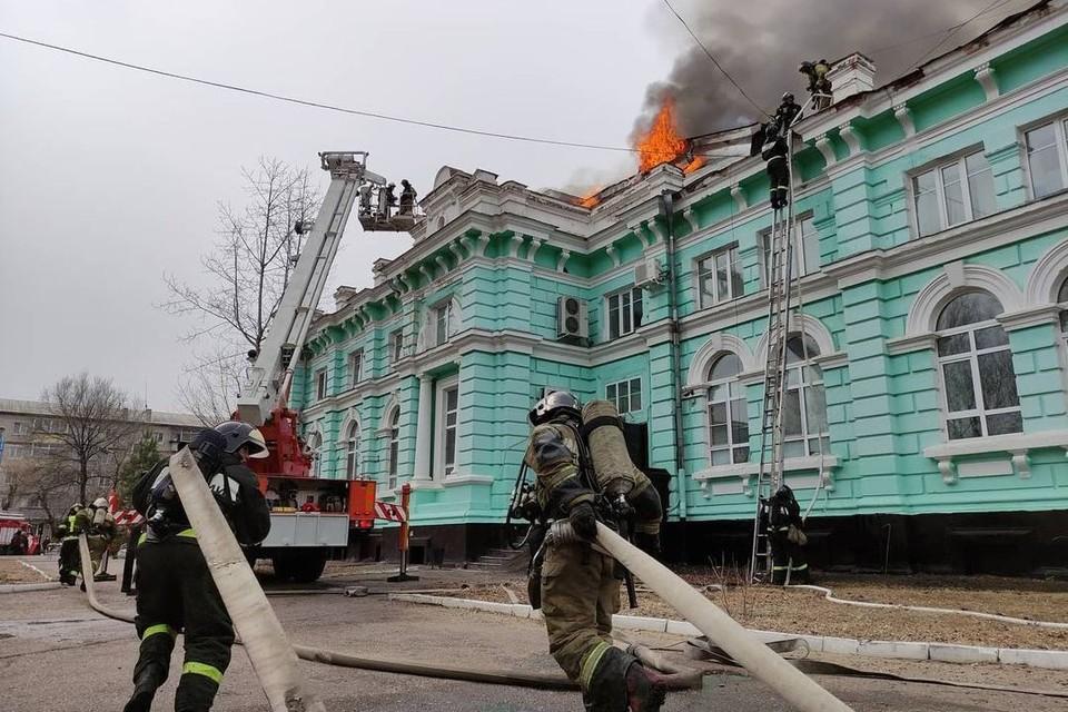 Пожар тушили 2,5 часа - и почти все это время в здании шла операция. Фото: ГУ МЧС России по Амурской области
