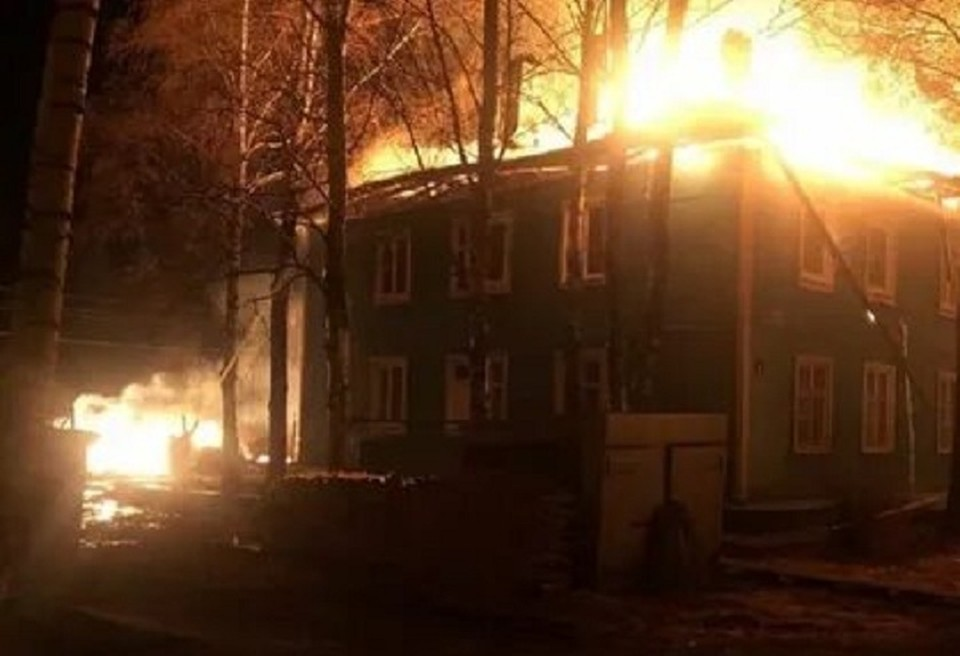 В Кузино сгорел 8-квартирный жилой дом 1956 года постройки. Фото: ВКонтакте, СМ-Великий Устюг