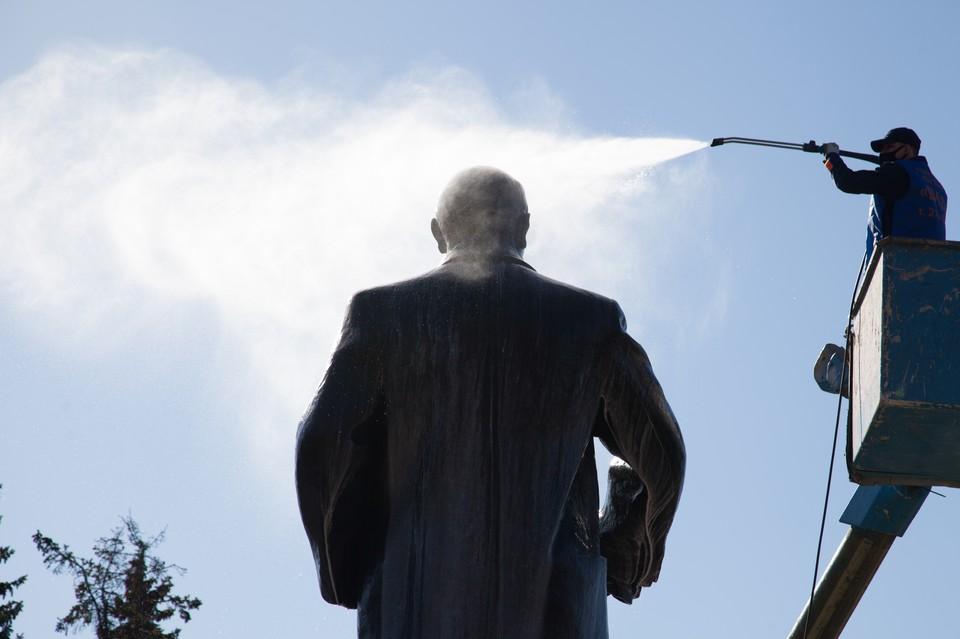 Первым душ принял памятник Владимиру Ленину в Театральном сквере.