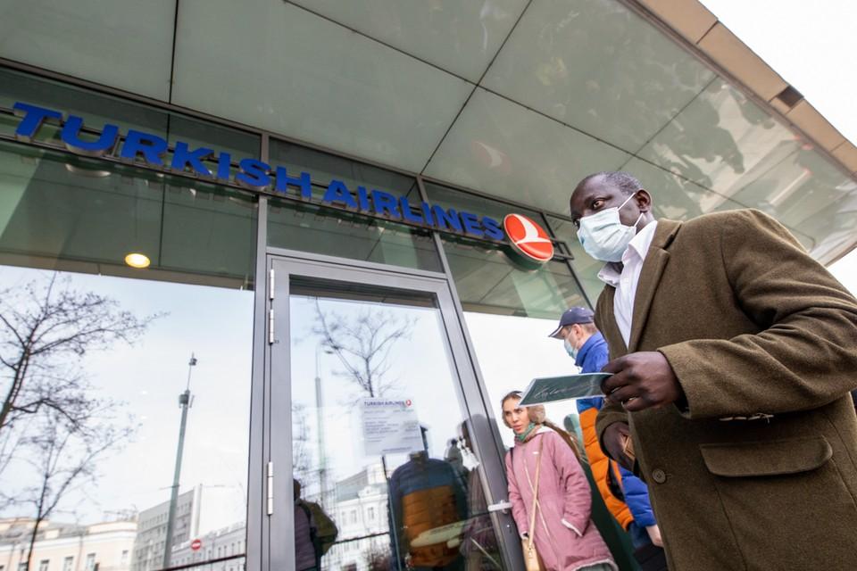 У офиса Turkish Airlines в Москве очереди второй день и конца им не видно.