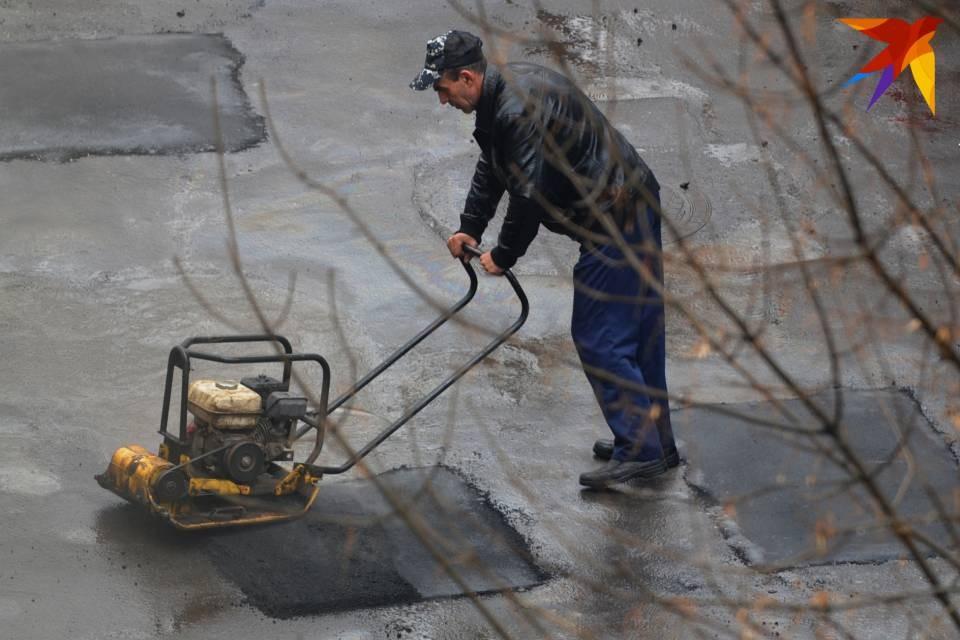 В 2021 году ямы залатают в 300 дворах Мурманска.