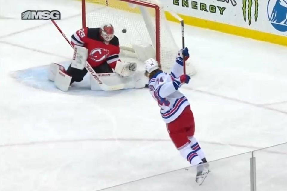 Виталий Кравцов забивает шайбу в ворота «Нью-Джерси Дэвилз». Фото: nhl.com