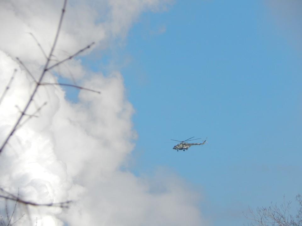 В небе над Омском летают вертолеты.