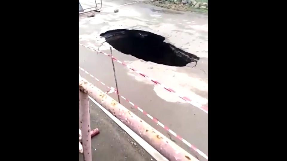 В ширину яма – около двух метров. Фото: Скриншот из видео/ЗЛОЙ КРЫМЧАНИН/ВКонтакте