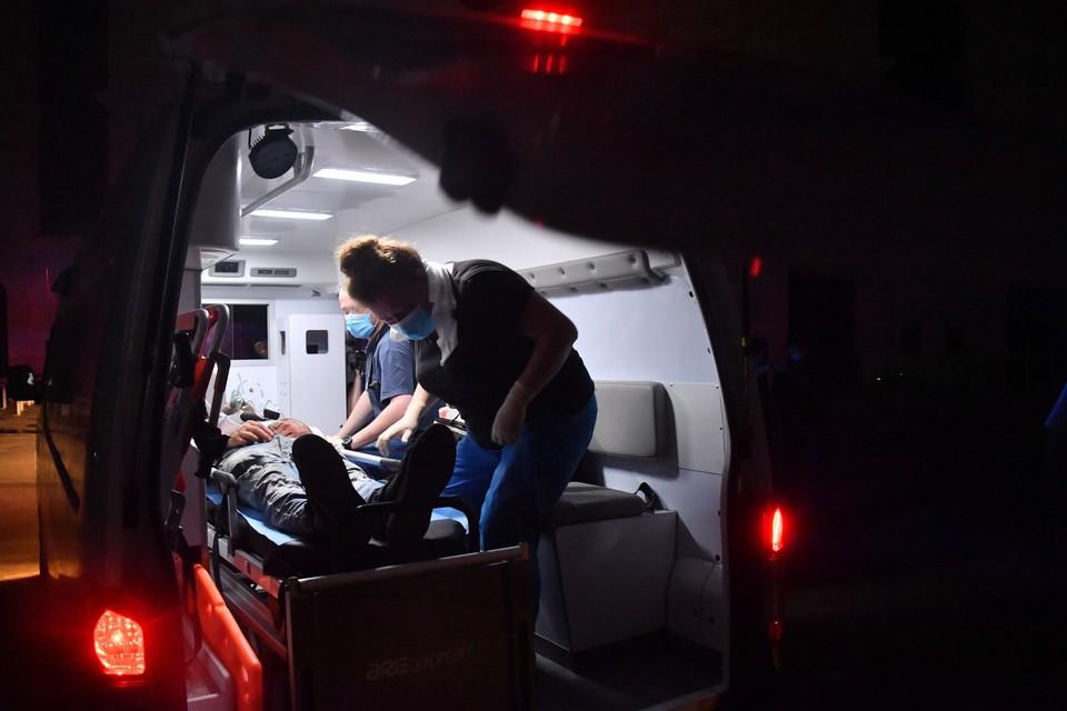 В Омске медикам снова пришлось обороняться от буйного пациента.